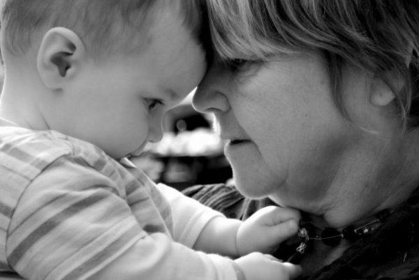 abuela y niño
